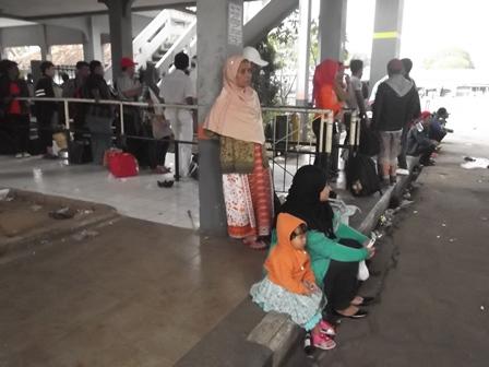 Hingga Menjelang Pukul 15.00, Senin (04/08-2014), Masih Setia menunggu Kedatangan Bus Tujuan Lebak Bulus di Terminal Guntur, Garut. (Foto: John Doddy Hidayat).