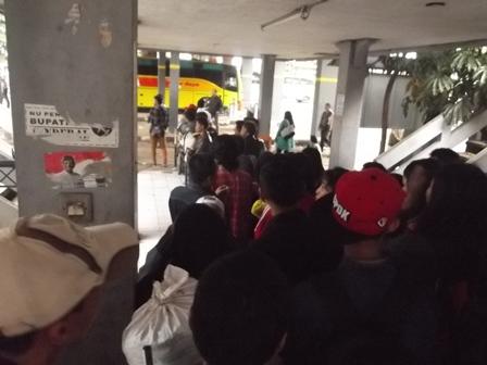 Bersabar Antre Menunggu Armada Bus, Yang Belum Diketahui Kapan Tiba di Terminal Guntur Garut. (Foto: John Doddy Hidayat).