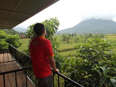 Puncak Gunung Kaledong Diselimuti Kabut, dari Taman Satwa Cikembulan.