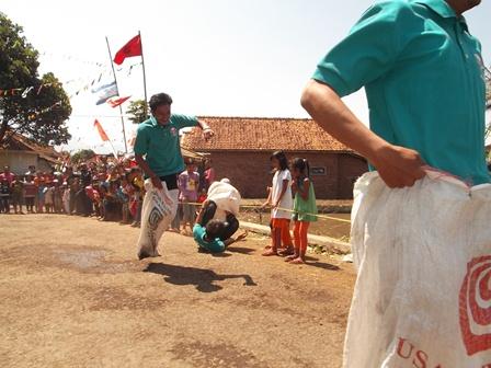 Mahasiswa UPI Bandung, Ikut Serta balap Karung di Kampung Sangkan, Samarang, Ahad (17/08-2014).