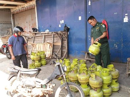 Akhmad Wahyudin Telisik Kelangkaan Gas Elpiji Kemasan Tiga Kilogram di Pasar Ciawitali Guntur. (Foto: John Doddy Hidayat).