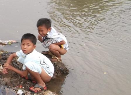Sungai Cimanuk Garut, Masih Kerap Dijadikan Jamban Keluarga.(Foto John Doddy Hidayat).