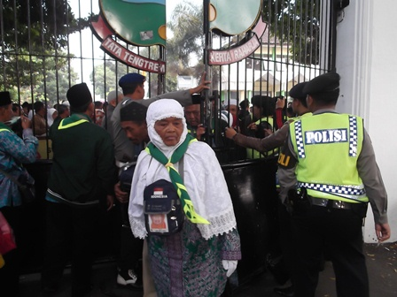 Calhaj pun Sangat Bersusah Payah Bisa Menembus Masuk Pintu Gerbang Pelataran Pendopo. (Foto: John Doddy Hidayat).