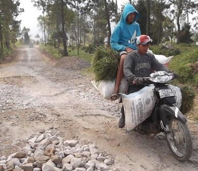 Masyarakat Tani Cisurupan Syukuri Kegiatan Rehabilitasi Lintasan Ruas Badan Jalan Menghubungkan Cisurupan - Gunungapi Papandayan.