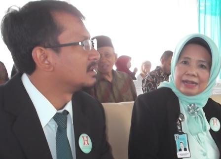 Wabup Garut, dr Helmi Budiman Berbincang Serius dengan dr Yati Maryati Santosa.
