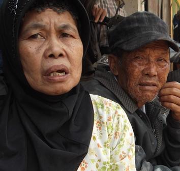 Ny. Emin Bersama Suami Merenungi Takdir Dialaminya Sejak Rabu (18/09-2014) Pukul 20.00 WIB Hingga Siang Keesokan Harinya.