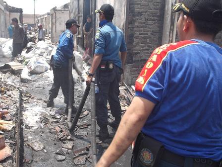 Hingga Kamis (18/09-2014) Siang, Petugas Damkar Masih Lakukan Pemadaman Sisa Titik Api.