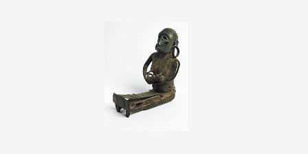 Patung perunggu langka dari Larantuka yang menggambarkan sesosok perempuan yang menenun sambil menyusui bayinya. (Masyarakat Advokasi Warisan Budaya).