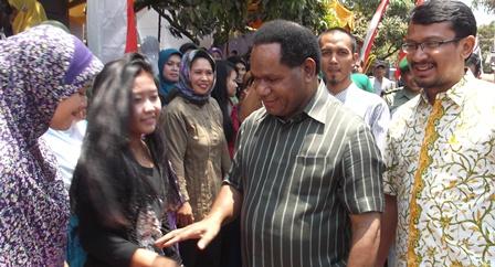 Menteri Lingkungan Hidup Disamput Ramah Penduduk Kampung Sarleuleus.