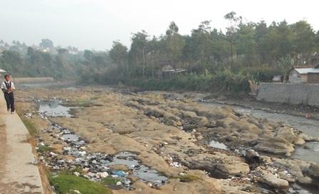 Sungai Cimanuk Menyusut Drastis.