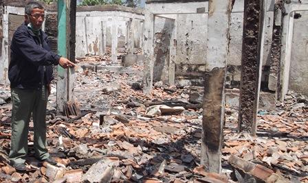 Ketua Iwapa Tunjukan Barangkal Belum Diangkut Dinas Lingkungan dan Kebersihan, Senin (22/09-2014) Siang.