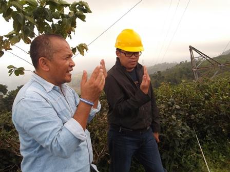 Jarot. S Beserta Dindin Pandu Perbaikan Tower Rubuh.(Foto: John Doddy Hidayat).