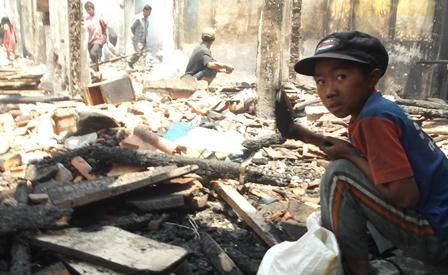 Bocah Pengais Rejeki di Pasar Terbakar, Kamis (18/09-2014).