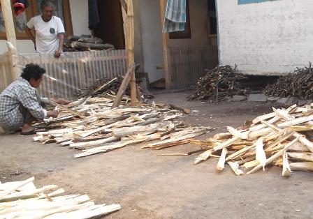 Banyak Pula Penduduk Miskin di Garut, Selama Ini Hanya Gunakan Kayu Bakar. (Foto: John Doddy Hidayat).