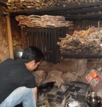 Dapur Sumpeg Selama Ini Memasak Dengan Kayu Bakar.