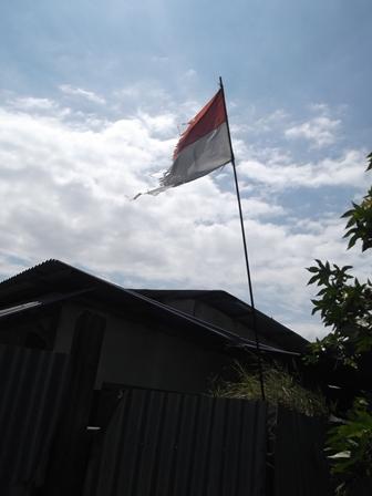 """Ilustrasi. Sangat Menyedihkan Kondisi Bendera Pada Pos """"Rumah Susun Sewa"""" di Garut, Jabar. (Foto : John Doddy Hidayat)."""