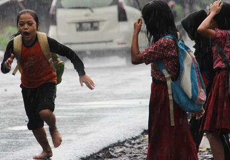 Ilustrasi. Pulang Sekolah Kehujanan. (Foto : John Doddy Hidayat).