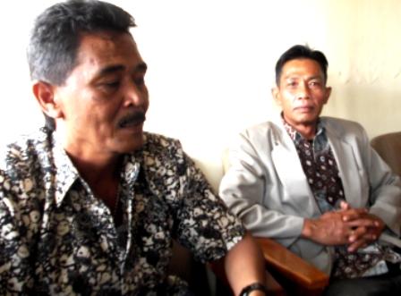 Yadi Rusmana (mengenakan kemeja batik lengan pendek), didampingi Sadar Suganda.
