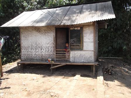Penduduk Kampung Papandak Wanaraja Garut Ini, Nyambung Listrik dari Tetangga. (Foto : John Doddy Hidayat).