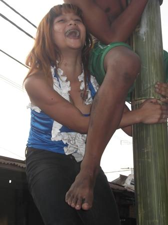Ilustrasi. Anak Jalanan Garut Berlomba Panjat Pinang. (Foto : John Doddy Hidayat).