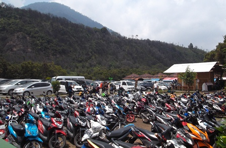 Kepadatan Lapang Parkir Gunungapi Papandayan, Sabtu (25/10-2014).