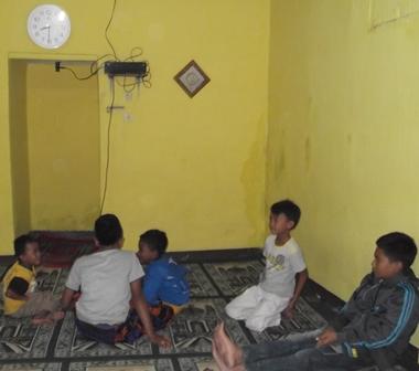 Anak-Anak Kampung Panawuan Bertakbir Sejak Jum'at (03/10-2014) Pada Salah Satu Mushola. (Foto : John Doddy Hidayat).