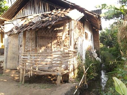Inilah Kondisi Rumah Ade Beserta Istri dan Dua Anak Balitanya, Penduduk Kampung Cimasuk Kidul, Kelurahan Suci Kecamatan Karangpawitan, Garut, Jawa Barat, Hingga Kini Masih Belum Direhabilitasi.