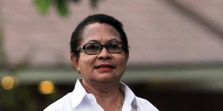 Menteri Pemberdayaan Perempuan dan Perlindungan Anak Yohana Yambise diperkenalkan oleh Presiden Joko Widodo di Istana Merdeka, Jakarta, Minggu (26/10/2014). (TRIBUNNEWS/DANY PERMANA).
