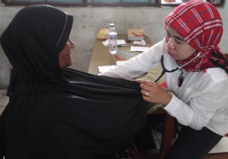 Penanggungjawab Medis Klinik Yasifa', dr Yanti Widamayanti, Sp.Pd Mendiagnosa Pasien Pengobatan Gratis.