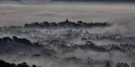 Kabut pagi menyelimuti Candi Borobudur dilihat dari atas bukit yang disebut Punthuk Setumbu, sekitar 3 kilometer barat Candi Borobudur, Magelang, Jawa Tengah. (KOMPAS IMAGES / FIKRIA HIDAYAT).