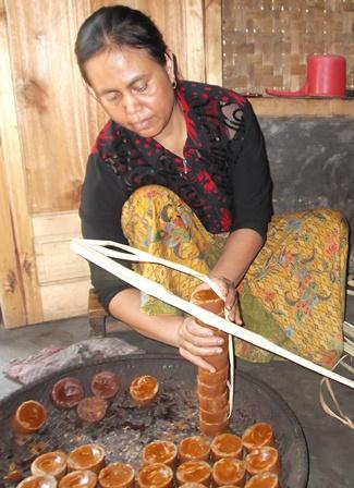 Ny. Yayah Mengemas Produk Dengan Daun Atawa Pelepah Kawung.