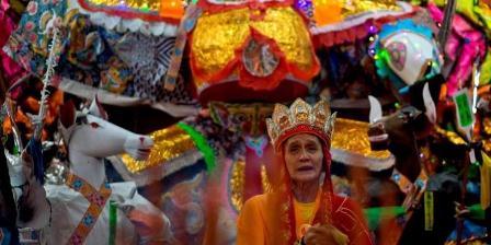 Warga etnis Tionghoa berdoa di depan patung Dewa Da Shi Ye selama Festival Hantu Lapar di Kuala Lumpur, Minggu (10/8/2014). Festival diselenggarakan pada lunar ketujuh kalender tahun baru China di kalangan masyarakat selatan China, Malaysia, Indonesia, Singapura, Hongkong, dan Taiwan. (AFP PHOTO / MANAN VATSYAYANA).