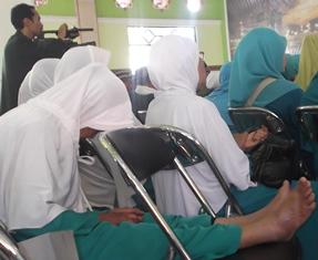 Salah Seorang Peserta dari Seluruh Indonesia, Kelelahan.