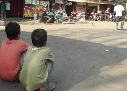 Anak Jalanan (Anjla) Terminal Guntur Asyik Saksikan Atraksi Kuda Kepang.
