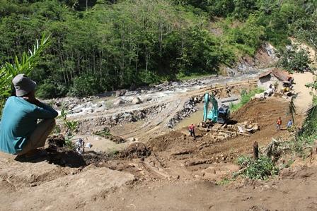 Ilustrasi. Infrastruktur Rawan Longsor. (Foto : John Doddy Hidayat).