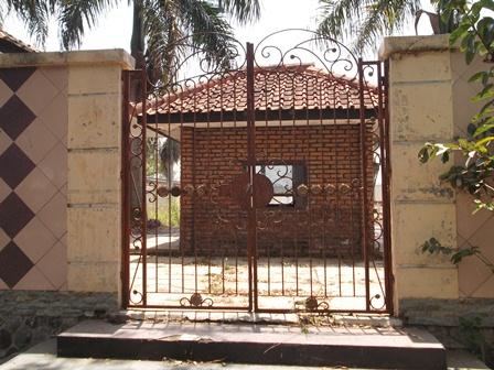 Pintu Gerbang Utama Kolam Renang Bagendit Selama Ini Digembok Nyaris Menyerupai Penjara.