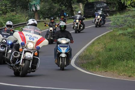 Ilustrasi. Angkuh, Juga Dikawal Polisi, Serinenya Memekakkan Telinga. (Foto : John Doddy Hidayat).