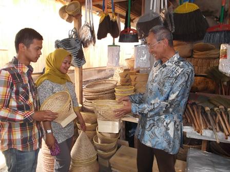 "Mengamati Produk Lokal ""Samarang Boboko""."