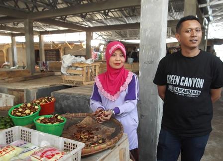 Yayan Sopian Bersama Istrinya Sejak 1997 Berjualan pada Los PKL Pasar Andir Bayongbong.