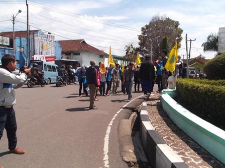 PMII Berorasi di Bundaran Simpang Lima Garut, Tolak Kenaikan BBM. (Foto: John Doddy Hidayat).