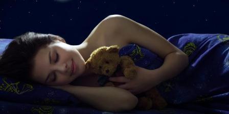 Ilustrasi tidur di kegelapan. (SHUTTERSTOCK).