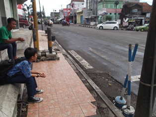 Pulang Sekolah Menunggu Tumpangan, Rabu (19/11-2014).