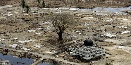 Foto masjid yang menjadi satu-satunya bangunan utuh di wilayah Meulaboh yang diambil pada 2 Januari 2005, menjadi salah satu foto yang paling diingat Eugene Hoshiko, fotografer Associated Press yang meliput tsunami Aceh. Tsunami meluluhlantakkan Aceh pada 26 Desember 2004. (AP/Eugene Hoshiko).