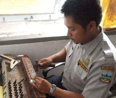 Petugas Registrasi Pada UPTD Pengujian Kendaraan Bermotor Dishub Garut.