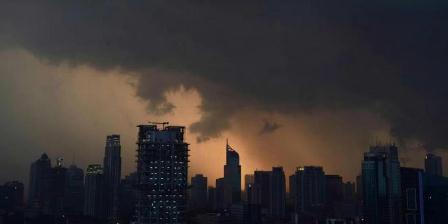 Awan mendung menyelimuti kawasan Ibu Kota Jakarta, 9 Juni 2013. Indonesia secara teratur terkena banjir dan tanah longsor yang mematikan, dan hujan lebat yang menyebabkan banjir di ibu kota pada bulan Januari yang menewaskan 32 orang. (AFP PHOTO / ROMEO GACAD).
