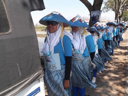 Ilustrasi. Seragam Berbaris Mentok Pada Pantat Mobil. (Foto : John Doddy Hidayat).