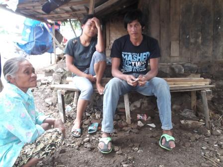 Ema Bersama Keluarganya, Menghuni Kampung Cimacan Atawa Bantaran Sungai Cimanuk Sejak 1987. (Foto : John Doddy Hidayat).