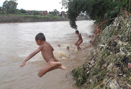 Meski Sungai Cimanuk Meluap, Anak-Anak Kampung Cimacan Malahan Riang Bisa Berenang Sepuasnya, Ahad (21/12-2014). Foto : John Doddy Hidayat.