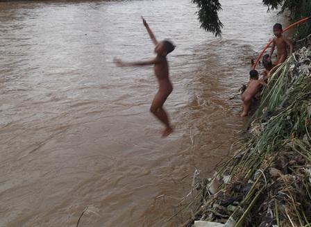 Asyik Meloncat Menghujam Arus Deras Sungai Cimanuk, Ahad (21/12-2014). Foto : John Doddy Hidayat.