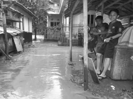 Anak-anak Menjala Ikan Meski Rumah Mulai Terendam Luapan Cikamiri.